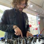 Johannes macht Musik im Kulturzug